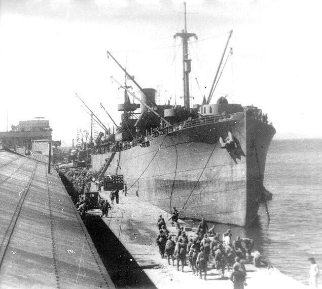 Посадка пехоты на морские суда в ходе Курильской десантной операции.