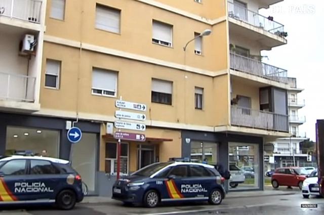 Машины испанской Национальной полиции возле места преступления.