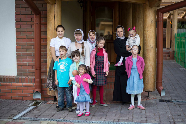 Матушка Надежда Амбарцумова с приемными детьми.