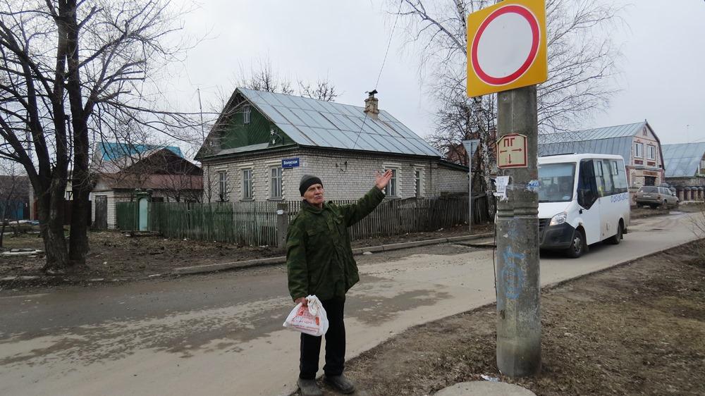 Судя по знаку «Проезд запрещён», постороннего транспорта на улице быть не должно. Однако он есть.