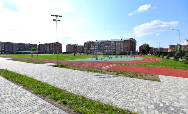 На большой площадке рядом с гимназией есть всё необходимое для школьных линеек и спортивных занятий.