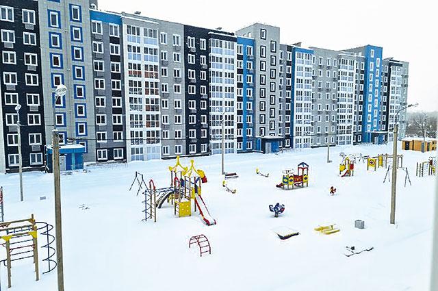 Скоро растает снег, и игровая площадка наполнится детским смехом.
