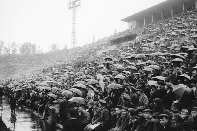 Стадион Динамо вмещал до 54 тысяч человек. 1937 год