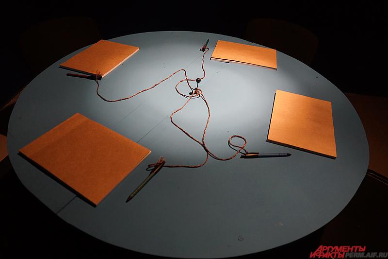 А свои сновидения можно записать в блокноты в дальнем конце помещения.
