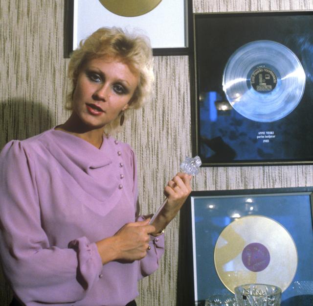 Заслуженная артистка Эстонской ССР, Анне Вески, с первыми дисками записанных ею песен. 1985 год.