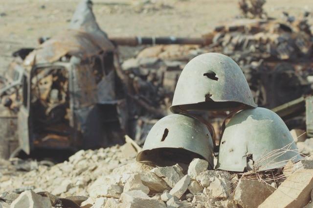 Каски погибших советских солдат на «Миус-фронте».