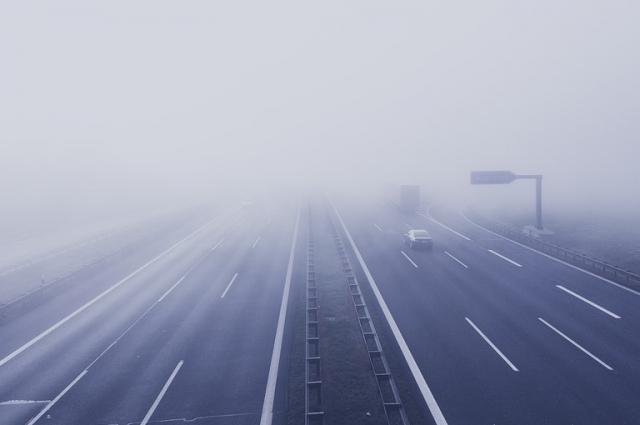 Туман на дороге может обмануть водителя - он неправильно определит расстояние.