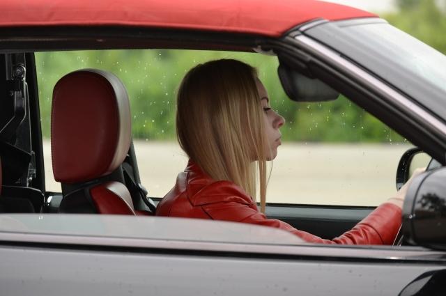 Во время длинной дороги водитель может быстро утомиться.