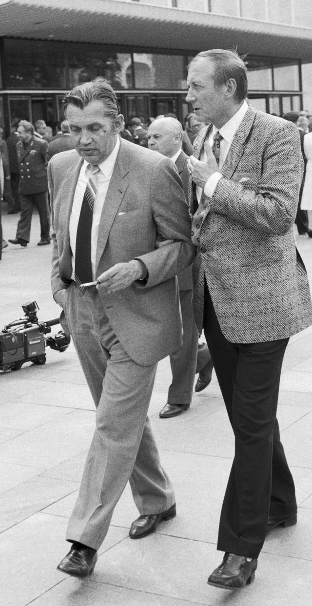Роберт Рождественский и Евгений Евтушенко. 1988 год.