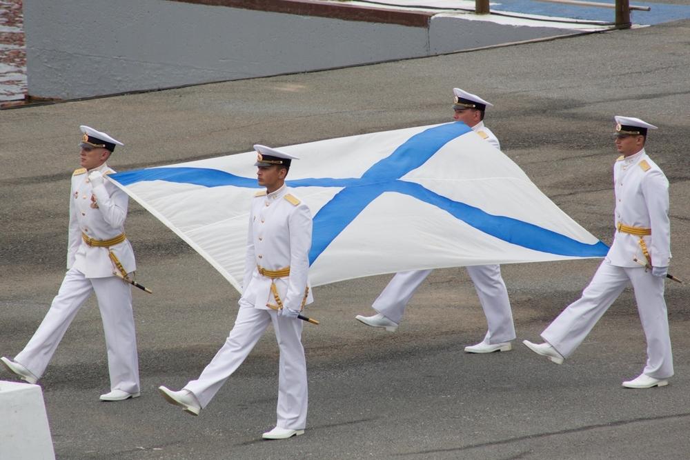 Флаги и кортики - флотская гордость.