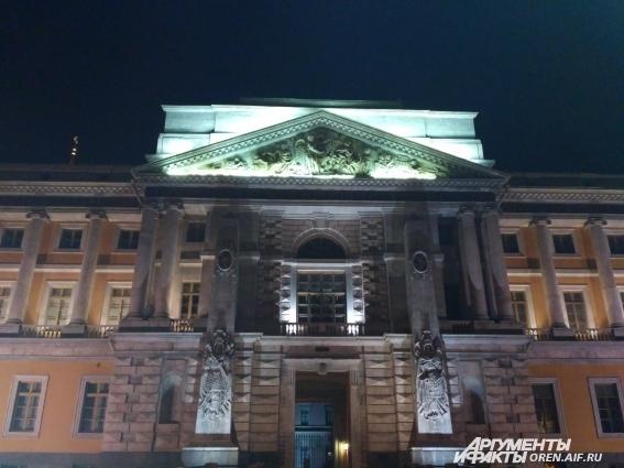 Михайловский замок - единственный замок в Санкт-Петербурге. Именно здесь в своей спальне имепартор Павел I принял свою смерть от рук заговорщиков. Смотрители музея утверждают, что в покоях до сих пор живет призрак убитого императора.