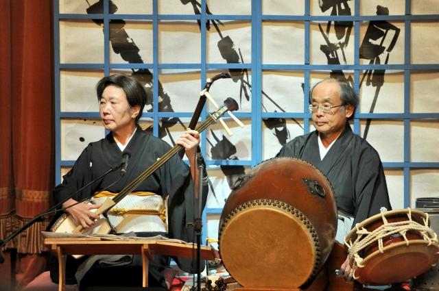 Повествование ведётся под аккомпанемент традиционного японского музыкального инструмента самисэна, а также барабанов.