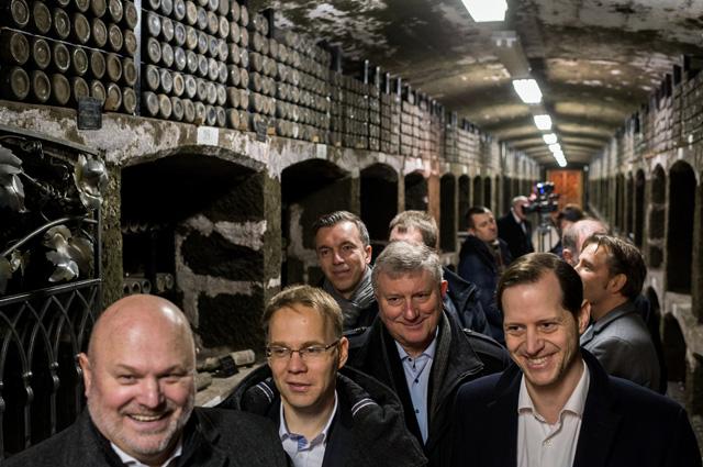 Участники немецкой делегации депутатов от партии «Альтернатива для Германии» осматривают винодельческий завод. 6 февраля 2018 г.