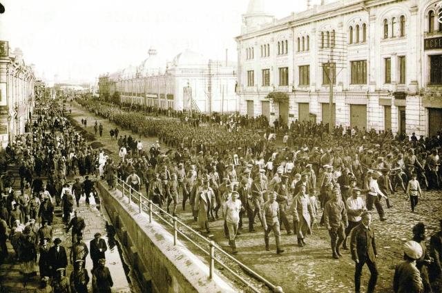 Ещё летом в Омск вошли чехословацкие войска. Они идут по нынешней улице Ленина.