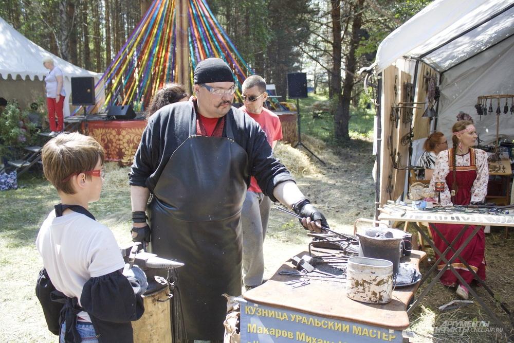 Бажовский фестиваль - место, где можно не тлько посмотреть на мастеров, но и самому взять в руки инструменты.