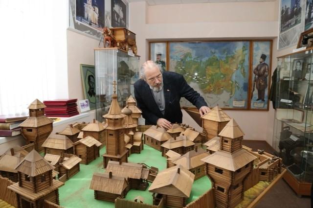 Макет Омской крепости расположен в музее СИЗО№1. Его разглядывает знаменитый омский микроминиатюрист Анатолий Коненко.