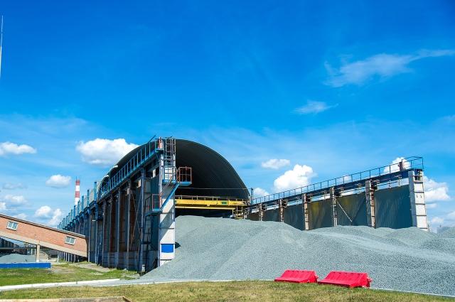 Каждый день завод потребляет сотни тонн сырья.