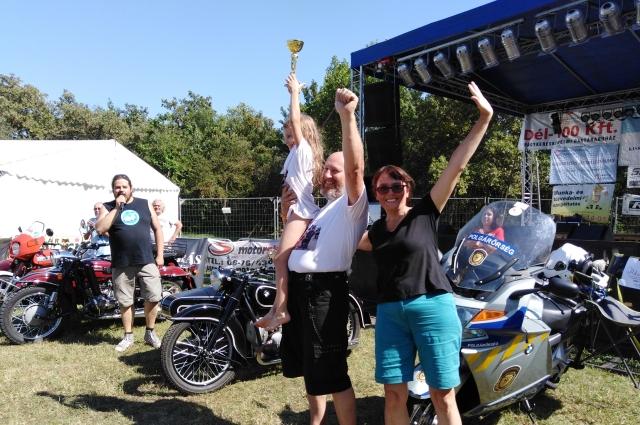 На международном фестивале мотоциклов с колясками семья Брылевых получила кубок.