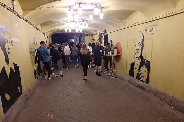 Каждый вечер улица Рубинштейна притягивает десятки молодых людей.