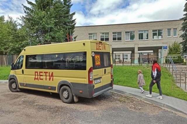 У школы семь автобусов.