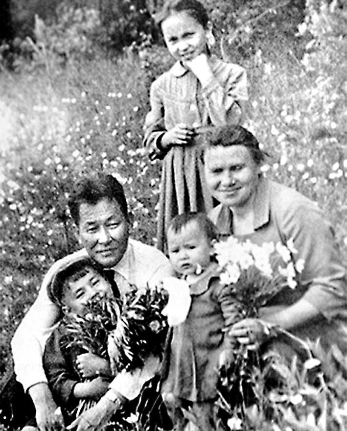 Снимок из детства: с родителями и сёстрами.