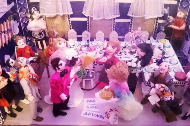 Куклы Ирины Алексеевой играют свадьбу прямо у неё в квартире.