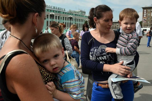 Прибывшие в Новосибирскую область семьи беженцев из Украины, которых встречают сотрудники МЧС и социальных служб на железнодорожном вокзале Новосибирск-Главный