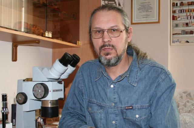 Главный инструмент мастера - микроскоп.