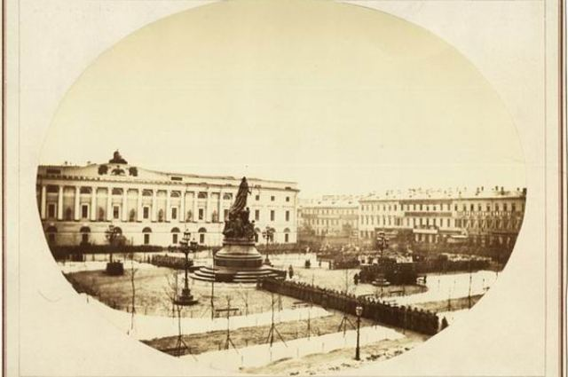 Торжества у памятника Екатерине Великой. Фото Ивана Бианки