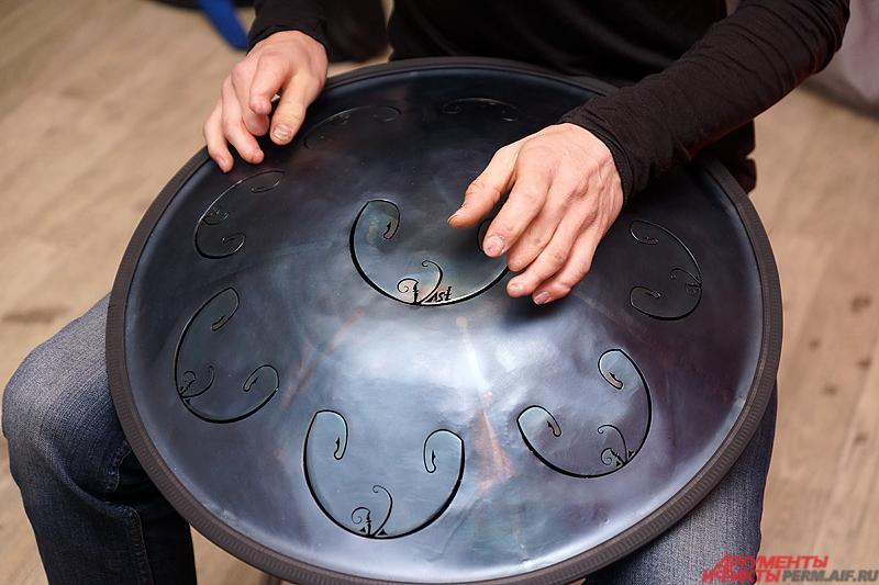 С виду конструкция напоминает маленькую летающую тарелку и похожа на хангу.