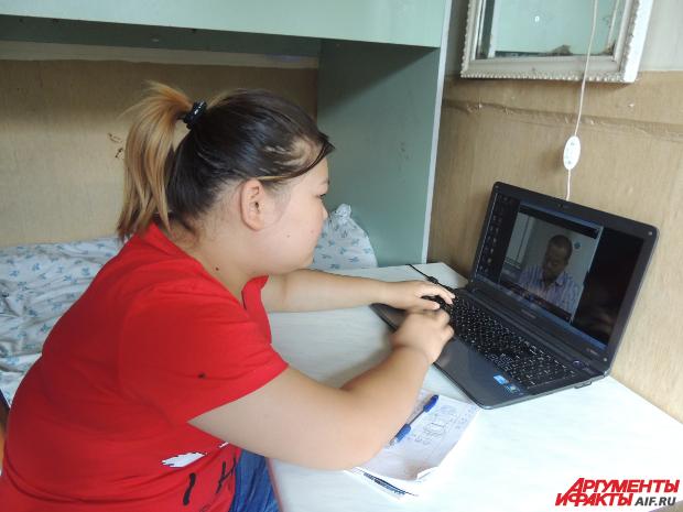 Девочка смотрит китайские и корейские сериалы, не переставая: так она совершенствует язык