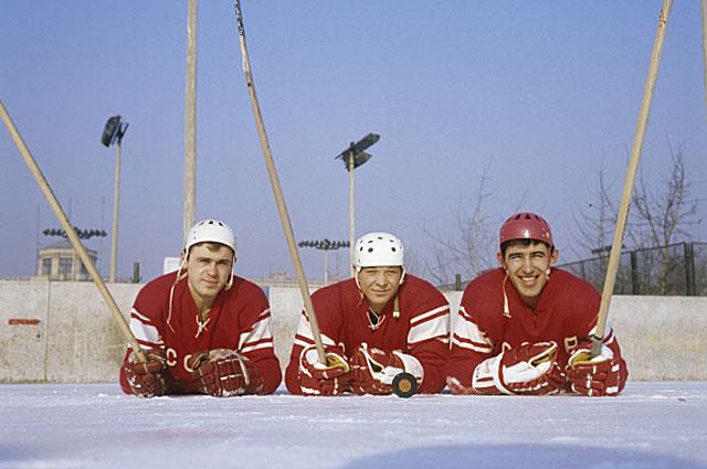 Нападающие сборной СССР по хоккею с шайбой олимпийский чемпион Владимир Викулов, Александр Мальцев и олимпийский чемпион Анатолий Фирсов, 1969 год