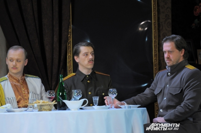 В прежней версии постановки Алексея Турбина играл Кирилл Витько (справа).