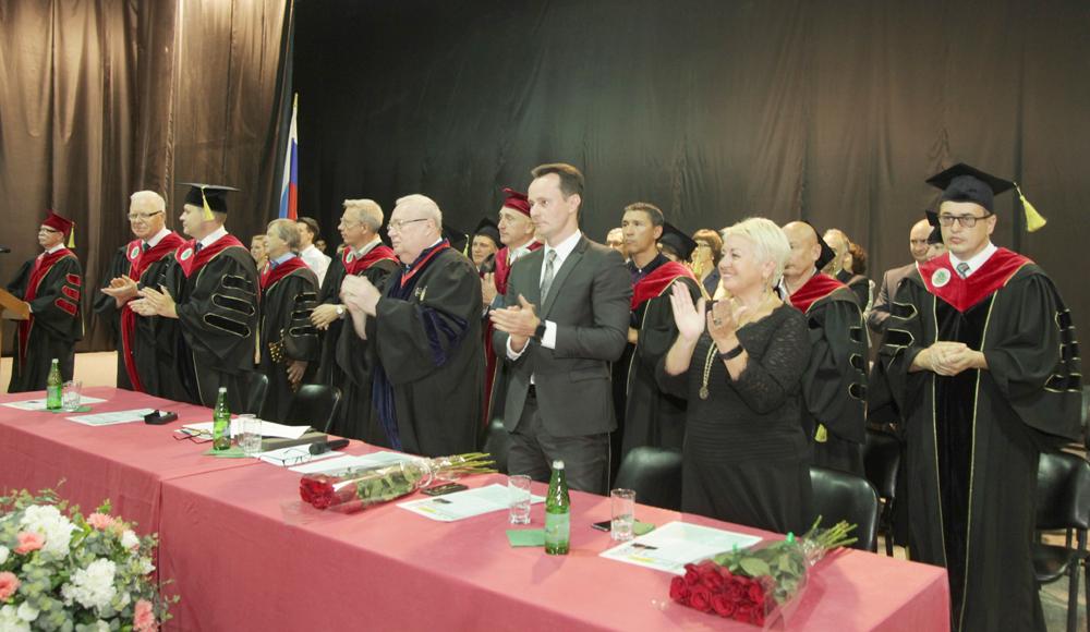 Члены президиума поздравляют первокурсников с вступлением в ряды студентов вуза.
