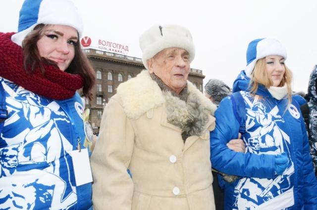 Убелённым сединами фронтовикам и ветеранам, которые пришли на парад, помогали волонтёры.