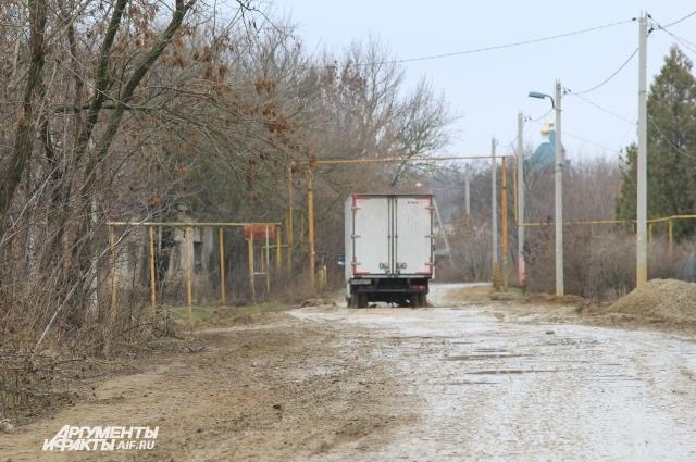 Дорог в хуторе больше нет — их разбили машины-тяжеловесы, строившие трассу к аэропорту.