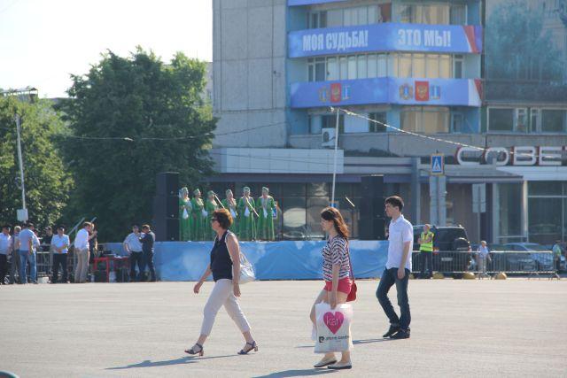 Народный коллектив выступает перед пустой площадкой