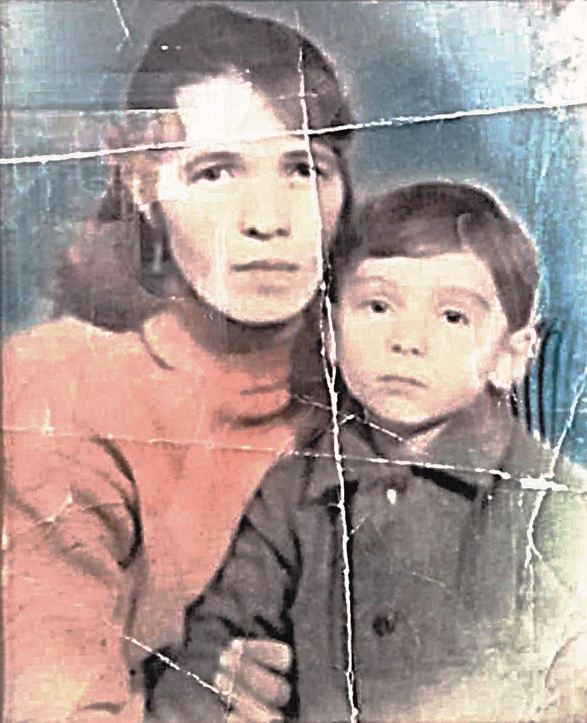 Эта фотография одна из немногих, что напоминают Карлу о детстве и маме.