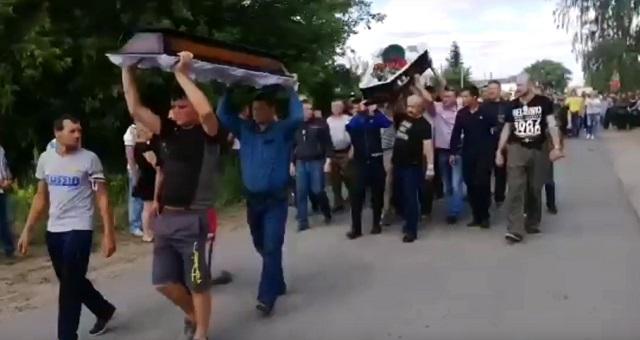 Похороны сельчанина, погибшего во время конфликта в Чемодановке.