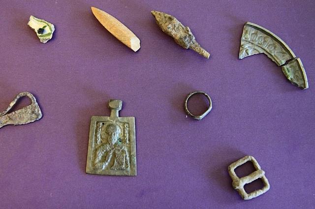 Найденные во время раскопок предметы позволяют датировать культурный слой.