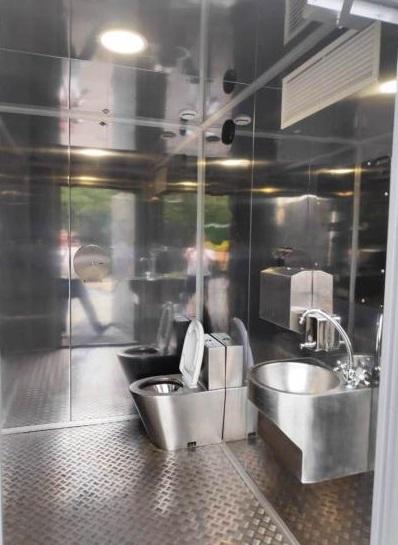 Из этого туалета неизвестные украли музыкальные колонки