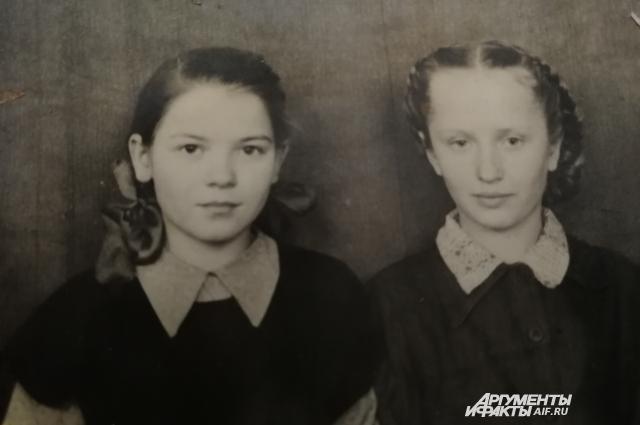 Подруги в школьном возрасте.