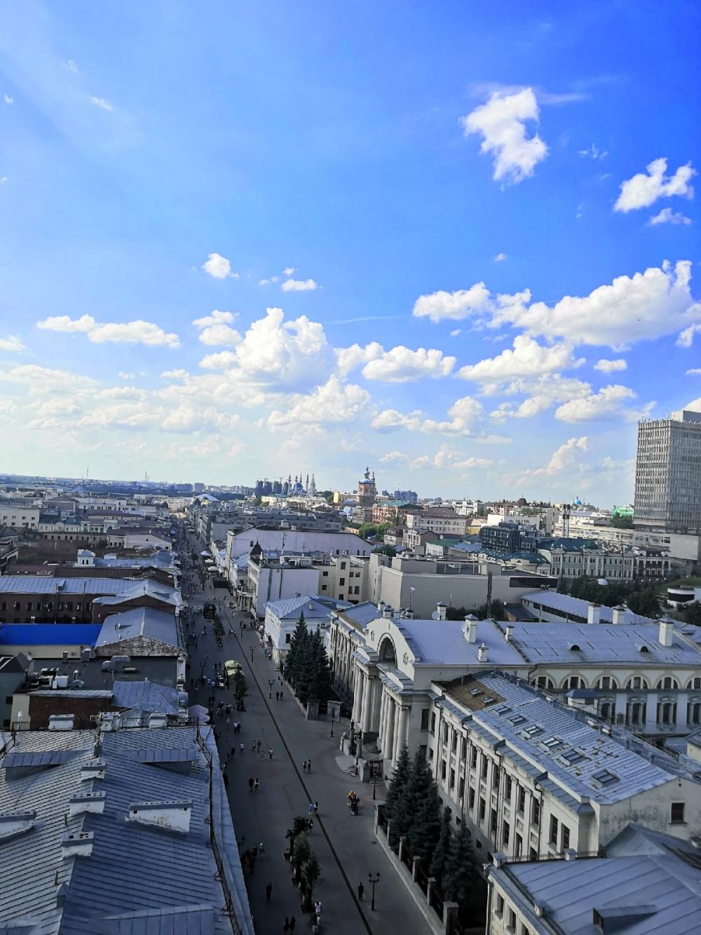 Фото сделано со смотровой площадки колокольни Богоявленского собора на улице Баумана.