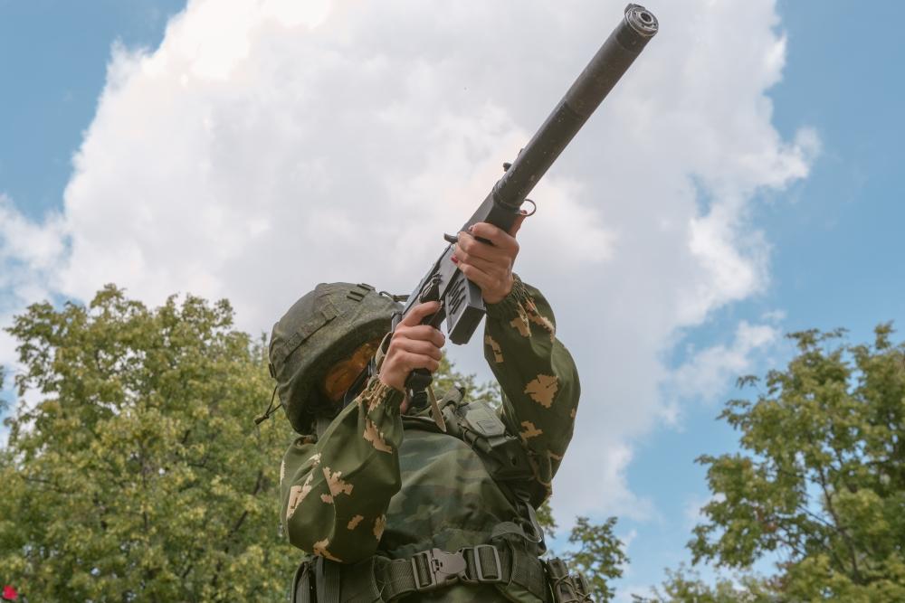 Кажется, что стоя стрелять легче. Но солдаты должны попадать в цель из любого положения.