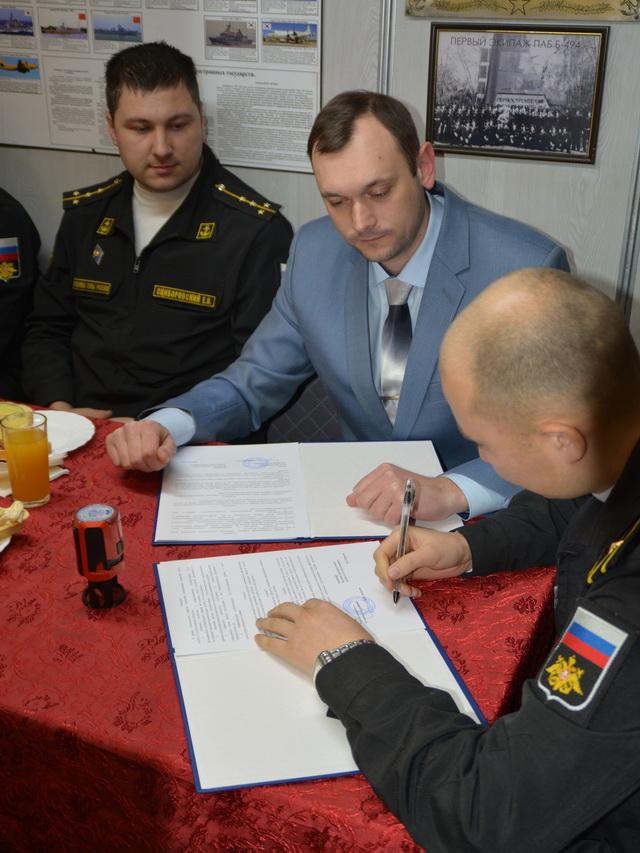 Подписание договора о шефских отношениях.