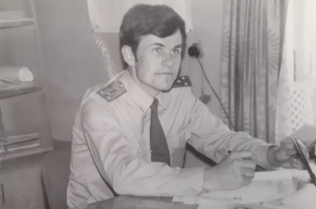 Зам. начальника ЛоВД на ст. Калинин по ПВР ст. л-т Фоменко Г.А. готовится к совещанию ( авг. 1980 г.)