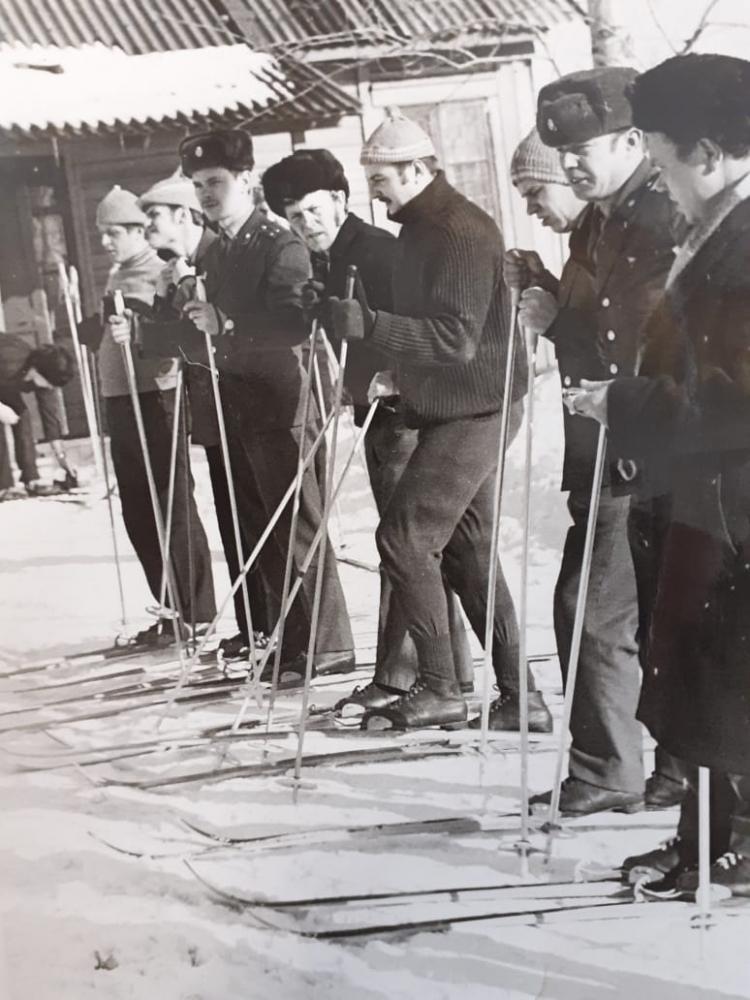 Перед стартом лыжной гонки, посвященной Дню транспортной милиции (февраль 1976 г.)
