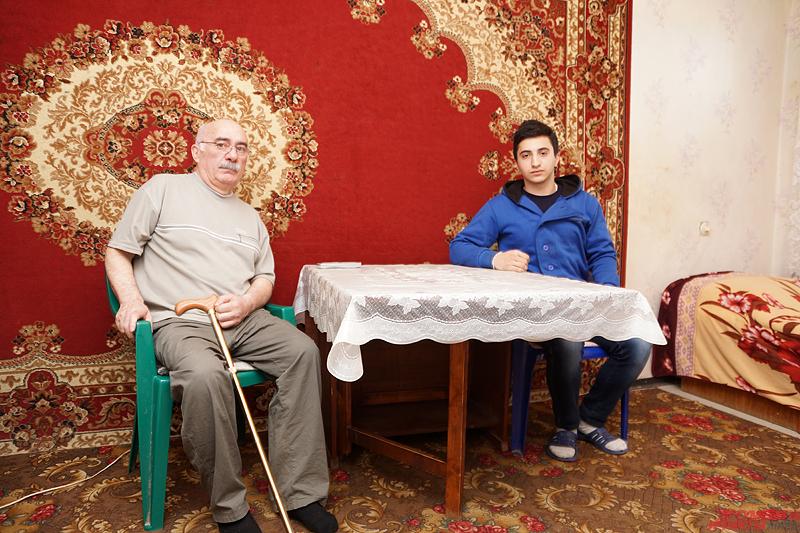 Вместе с сыном Шамиль живёт на пенсию, снимая квартиру в отдалённом районе города