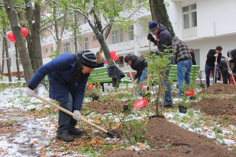 Студенты Нижегородского политеха копают ямы под будущие посадки