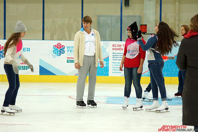 Олимпийский чемпион рассказывал детям, как правильно нужно выбирать экипировку для занятий, как грамотно стоять на коньках и, главное, падать.